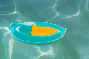 Лодочка Quut Sloopi для ванны и пляжа зеленый/желтый (170457)