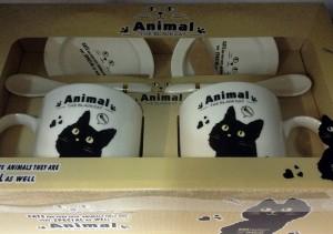 Подарок Подарочный набор 'Черный кот, а рыбка справа' (2 чашки, крышки, ложки)