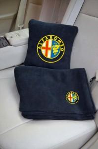 Подарок Плед-подушка автомобильный с вышивкой 'Alfa Romeo', в чехле