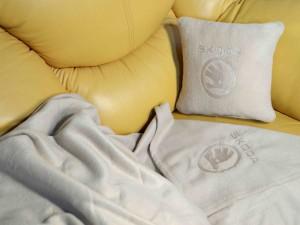 фото Плед-подушка автомобильный с вышивкой 'Skoda', в чехле #3