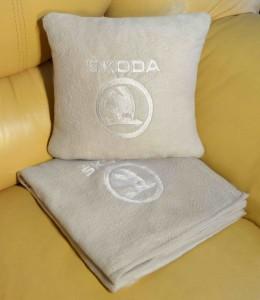фото Плед-подушка автомобильный с вышивкой 'Skoda', в чехле #2