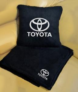Подарок Плед-подушка автомобильный с вышивкой 'Toyota', в чехле